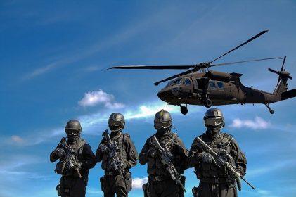 Soldaten und Hubschrauber